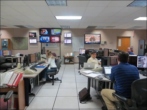 Офис с работниками метеорологического центра
