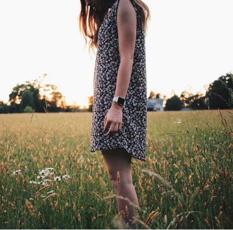 Девушка среди полевых трав