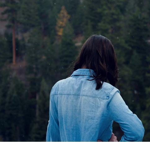 Девушка в сосновом лесу