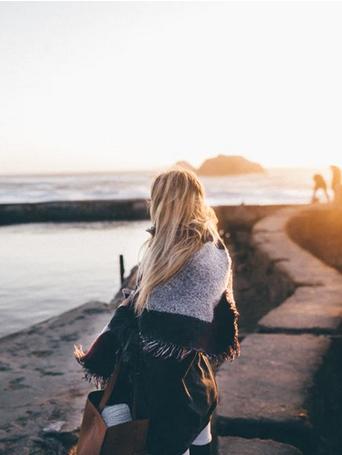 Фото девушки на фоне моря
