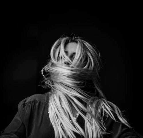 Блондинка с закрытым волосами лицом