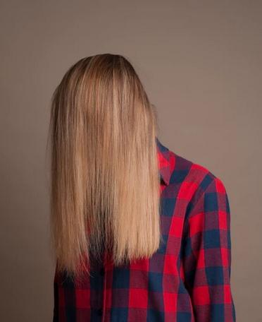 Девушка скрывает лица за волосами