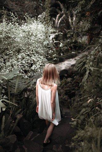 Девушка идущая по горам