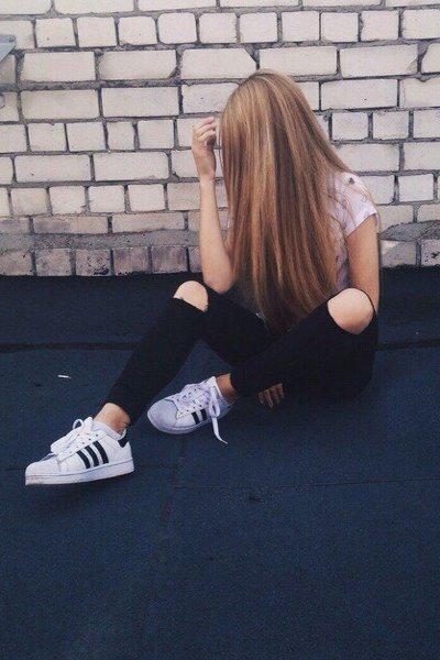 Сидящая девушка закрывшая лицо