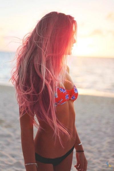 Силуэт девушки на фоне моря