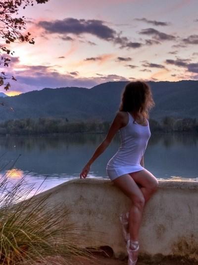Девушка на фоне озера