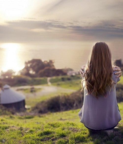 Девушка сидящая на горе