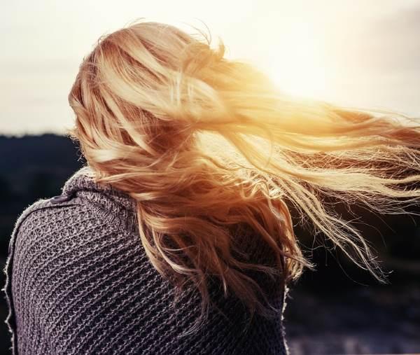Фото русой девушки со спины