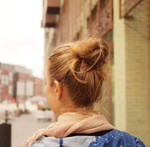 Гуляющая девушка сзади