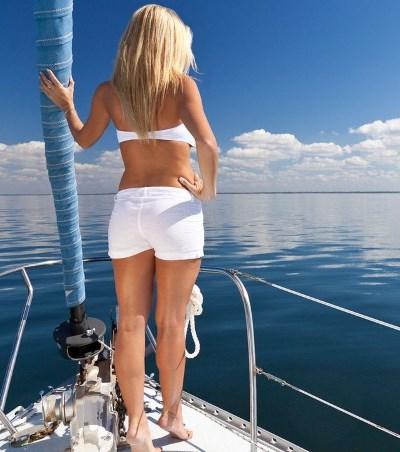 Фото девушки сзади на яхте