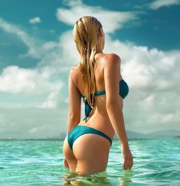 Девушка в море сзади
