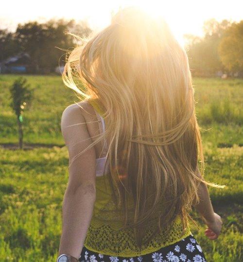 Фото русой девушки сзади
