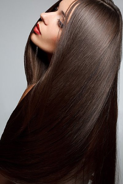 Девушка с длинными прямыми волосами