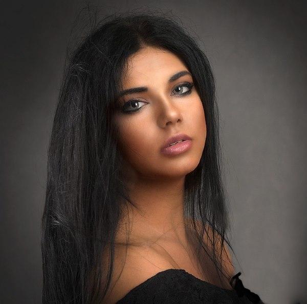 Девушка с длинными волосами на аву 34