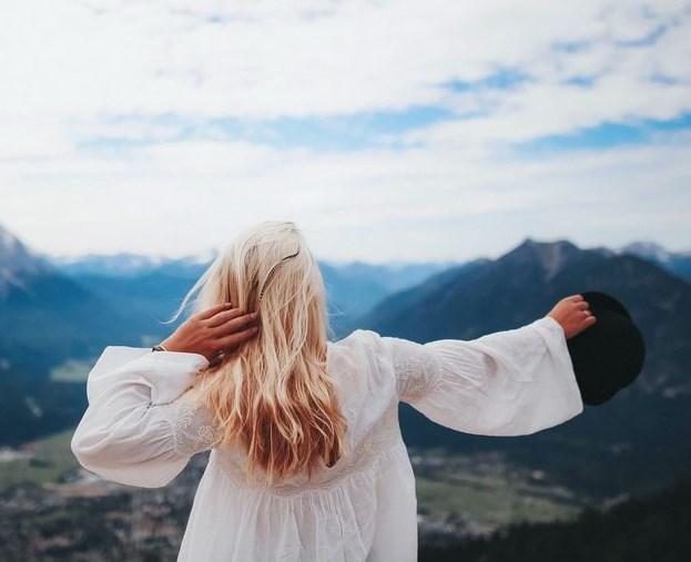 Девушка со спины в белом