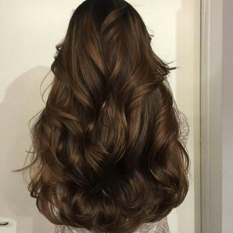 Вьющиеся волосы девушки