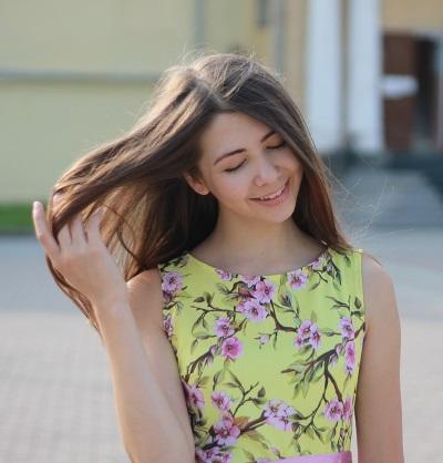 Девушка с длинными волосами на аву 3