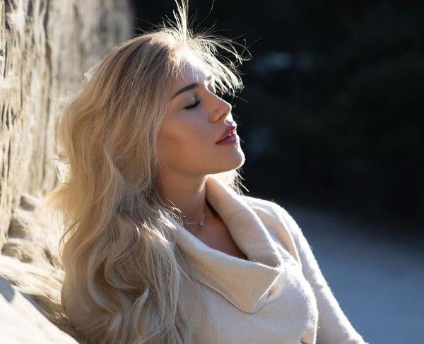 Девушка с длинными волосами на аву 21