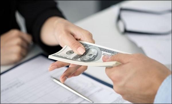 Фото передачи денег