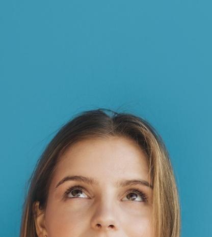 Девушка смотрящая вверх