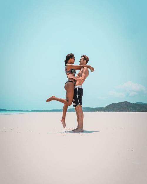 Пара обнимается на пляже