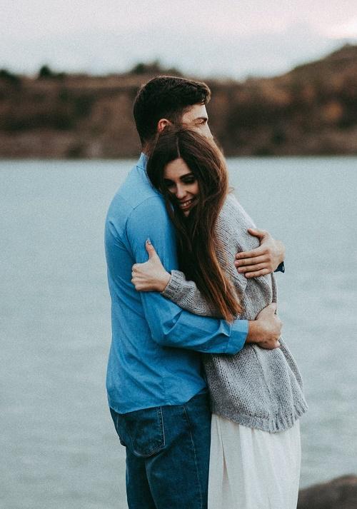 Пара обнимается озеро