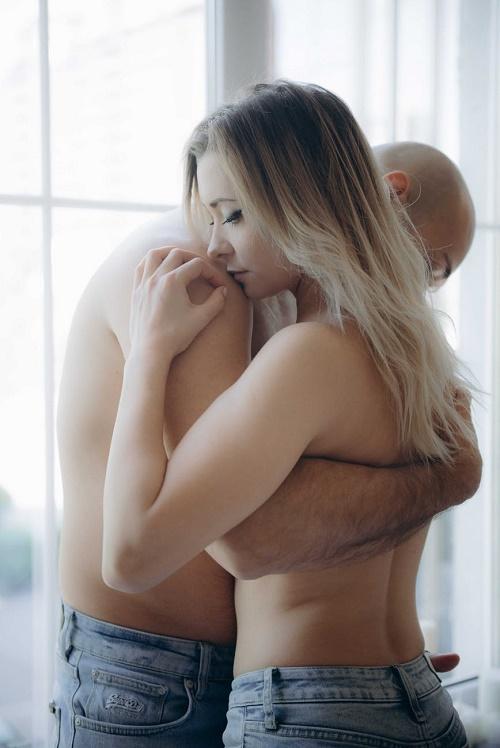 Пара обнимается полуобнажённые