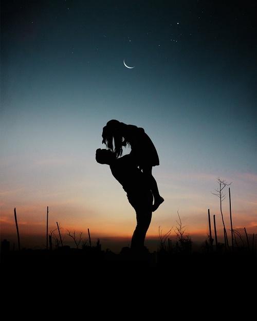 Фото парня поднимающего девушку