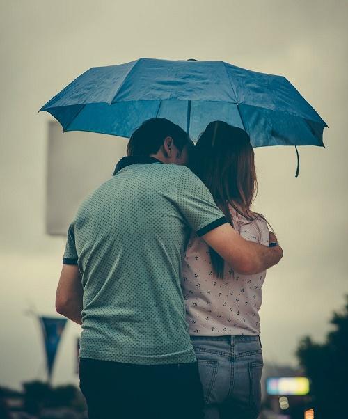 Фотография пары со спины с зонтом