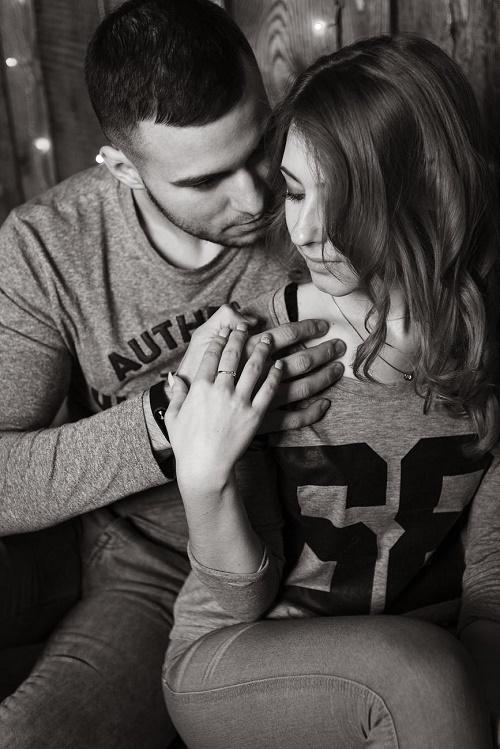 Парень обнимает девушку сзади