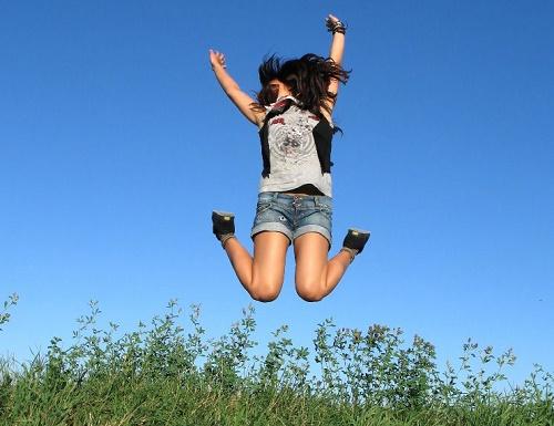 Прыгающая девушка