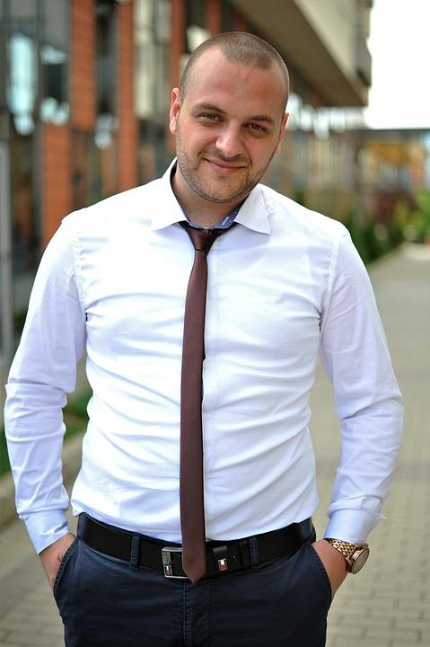 Мужчина в рубашке и галстуке