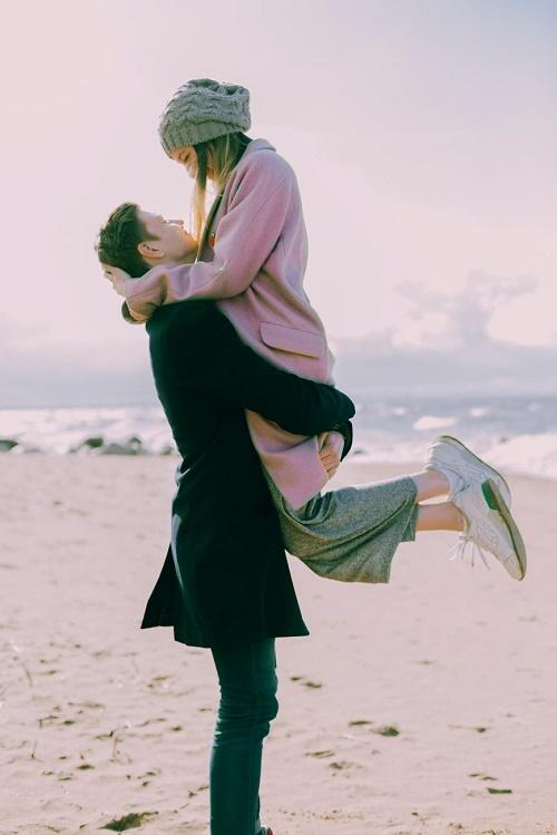Пара обнимается пляж