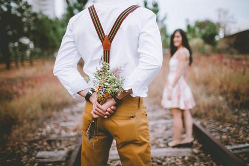 Парень со спины цветы