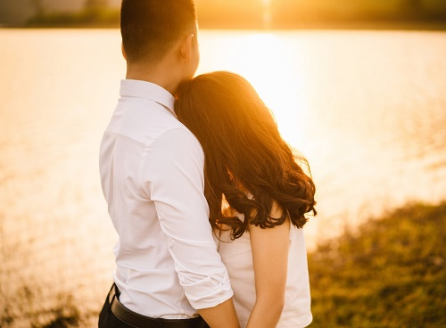 Фото пары сзади на фоне озера