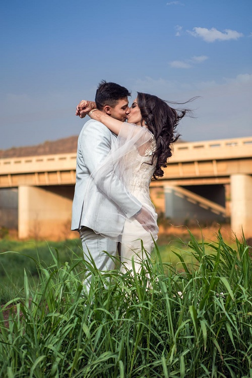 Пара целуется небо