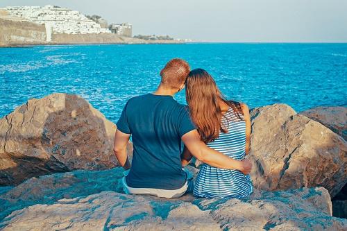 Пара со спины море