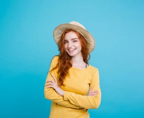 Девушка на голубом фоне