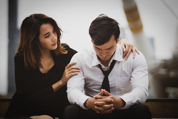 Расстроенный парень и девушка