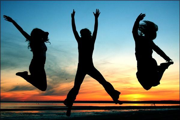 Прыгающие силуэты на фоне неба