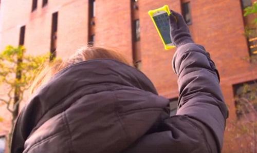 Женщина с поднятым телефоном