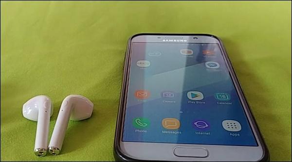Наушники i9s рядом с телефоном