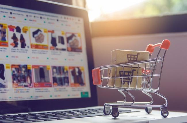 Корзина на фоне страницы интернет-магазина
