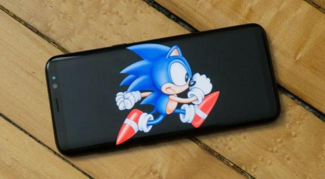 Еж Соник изображен на смартфоне