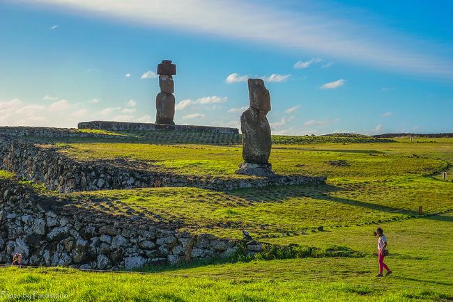 Человек на фоне статуй моаи