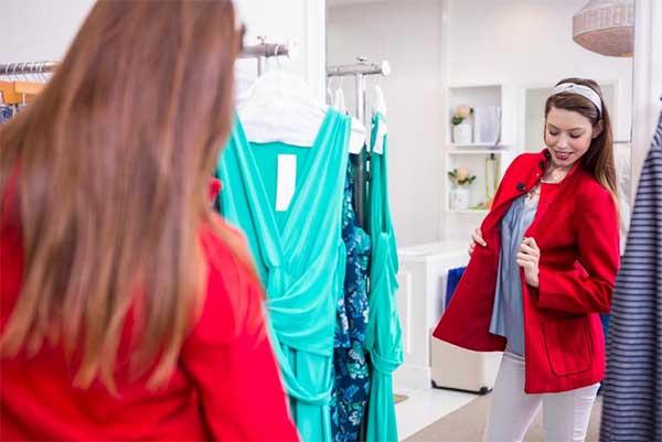 Примерка одежды в магазине