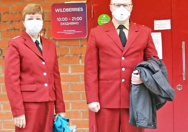 Работники Роспотребнадзора у входа в ПВЗ Wildberries