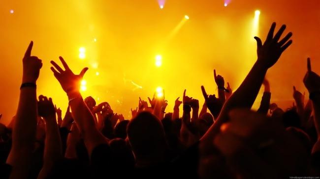 Концерт с затемненными силуэтами людей