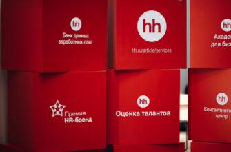 Красные кубы с надписями и логотипами