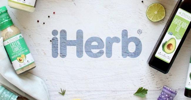 Название iHerb на белом столе